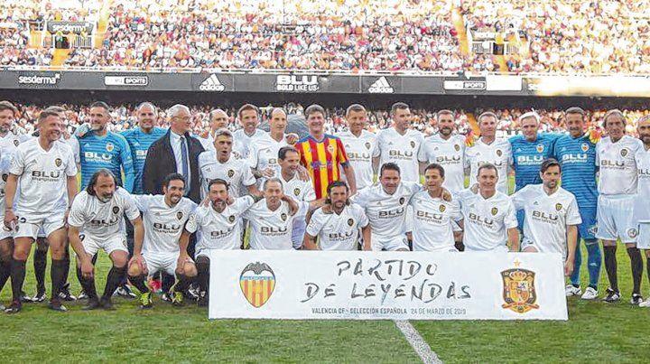 Todos. Las leyendas del Valencia posaron en el estadio Mestalla ante más de 40 mil personas.