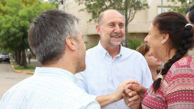 Contacto. El precandidato a gobernador dialogó con los vecinos.