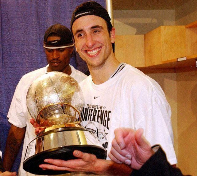 Manu Ginóbili con la copa de campeón de la Conferencia del Oeste lograda por su equipo los San Antonio Spurs