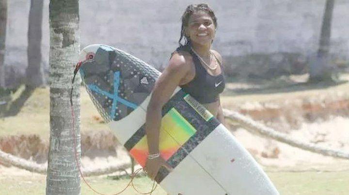 Una campeona brasileña de surf murió alcanzada por un rayo
