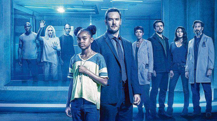 De pie ante el horror. Amy (Sanyya Sidney) y Brad (Mark-Paul Gosselar) crearán un vínculo de padre-hija para huir de los experimentos científicos.