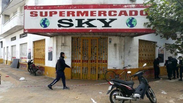 Tragedia en Junín. Vecinos y clientes no salían ayer del estupor por el triple crimen en el Supermercado Sky.