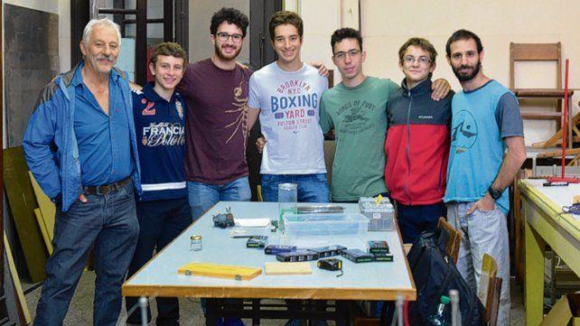 Juan Farina (izquierda) junto a los chicos del Poli y el tutor Emanuel Benatti.