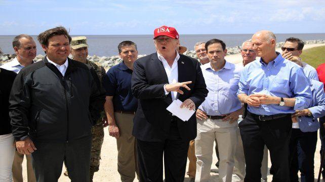 Recorrida. El mandatario ayer habla a los periodistas frente al lago Okeechobee en el sur de La Florida.