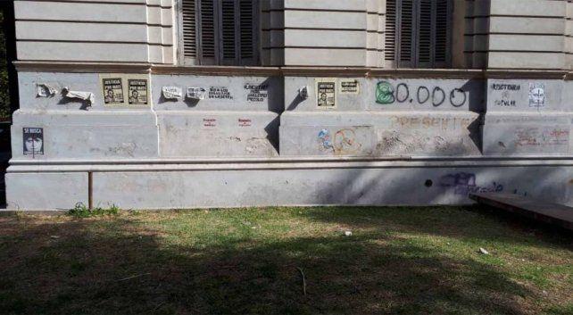Uno de los carteles sobre las paredes de la Facultad de Derecho.