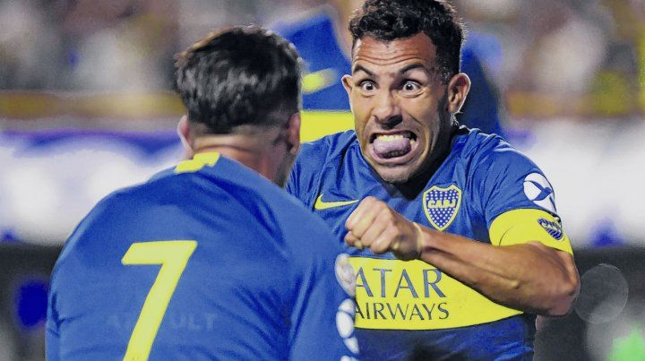 Mueca de gol. Cristian Pavón recibe el saludo de Carlos Tevez luego de marcar su gol