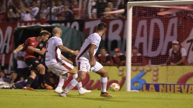 Pase a la red. Alexis Rodríguez marcó el segundo gol rojinegro tras una certera habilitación de su primo Maxi.