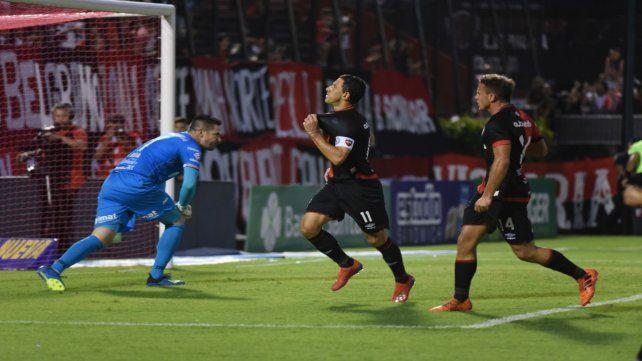 Maxi Rodríguez abrió de penal el camino de la necesaria victoria rojinegra ante Huracán.