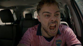 Peter Lanzani interpreta a un ladrón que pretende robar una camioneta y queda encerrado en el vehículo.