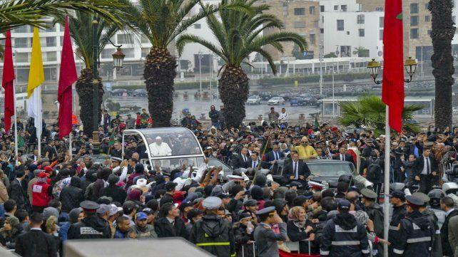 El Papa y el rey Mohammed VI van en vehículos separados a la explanada de la mezquita de la Torre Hassan.
