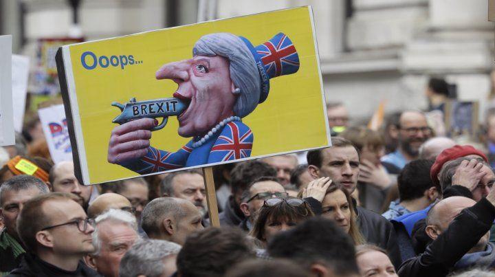 Un poster despectivo de la primera ministra Theresa May es exhibido durante una de las últimas manifestaciones anti Brexit.