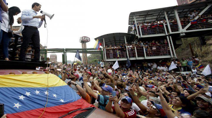 Líder. Guaidó habla ayer en Carrizal (Estado de Miranda) durante su rally.