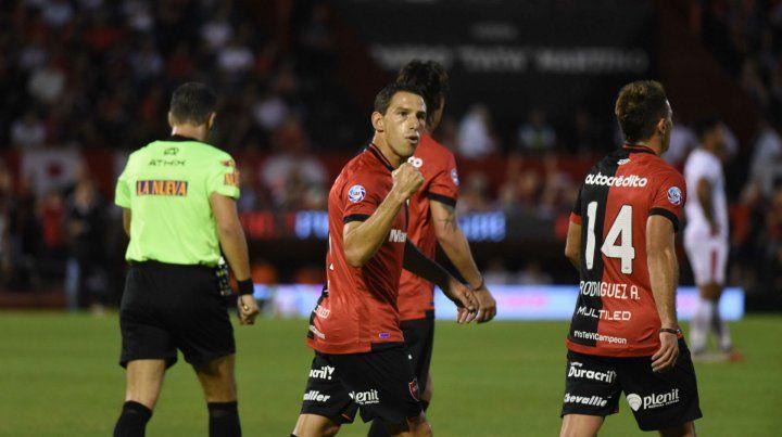Puño cerrado. El gesto de Maxi después del gol de penal que abrió la victoria del viernes frente al Globo.