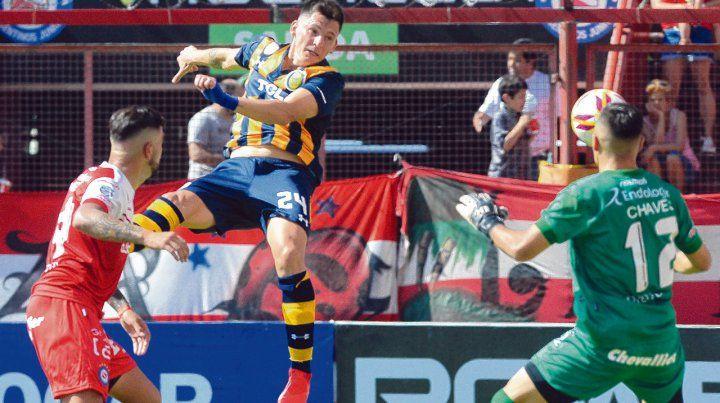 Salto ganador. Parot conectó de cabeza el envío de Gil para decretar el segundo gol canalla en La Paternal.