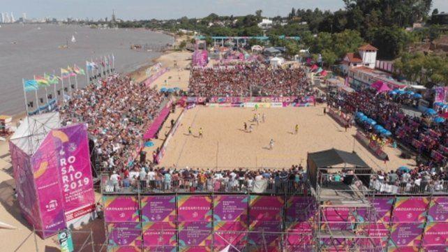 Juegos de Playa. Una multitud se acercó para seguir las alternativas del certamen.