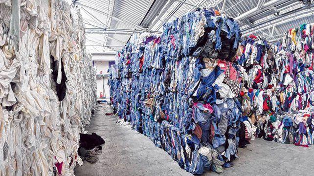Reciclado. Con ropa de descarte y plásticos