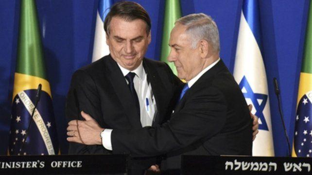 Bolsonaro y Netanyahu. El presidente brasileño fue recibido ayer en el Aeropuerto Ben Gurion por el primer ministro israelí.