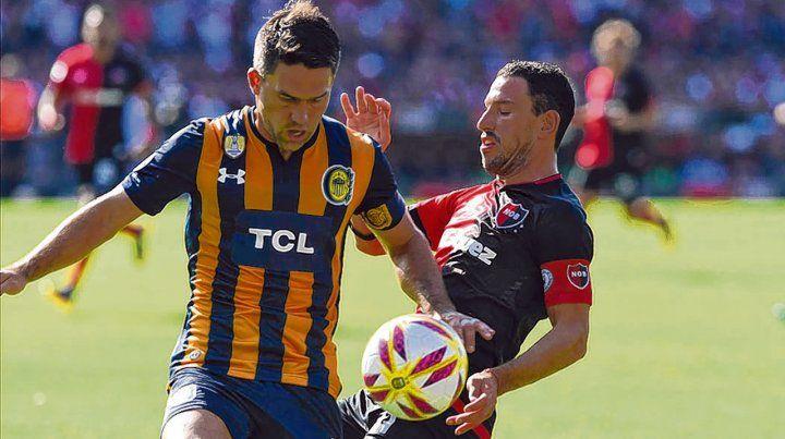 En el Coloso. Los capitanes Caruzzo y Maxi Rodríguez en el último enfrentamiento
