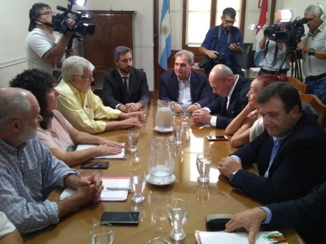 La reunión del gobierno provincial con los gremios estatales estuvo encabezado por el ministro Pablo Farías.