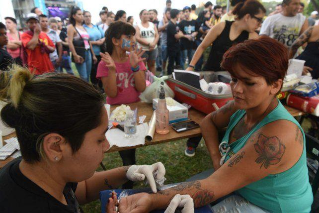 La gente también asistió masivamente a que le realicen tatuajes alusivos a las Malvinas.