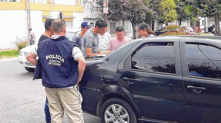 In fraganti. Asuntos Internos detuvo al policía con 10 mil pesos marcados en Carrasco y Teniente Agnetta.