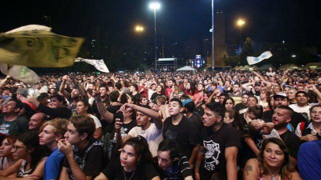 Miles de rosarinos coparon anoche el Parque Nacional a la Bandera.