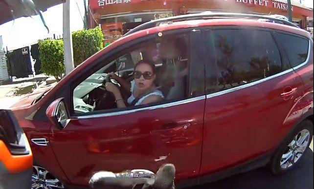 Dejó de mirar el camino por discutir con un motociclista y chocó a un taxi