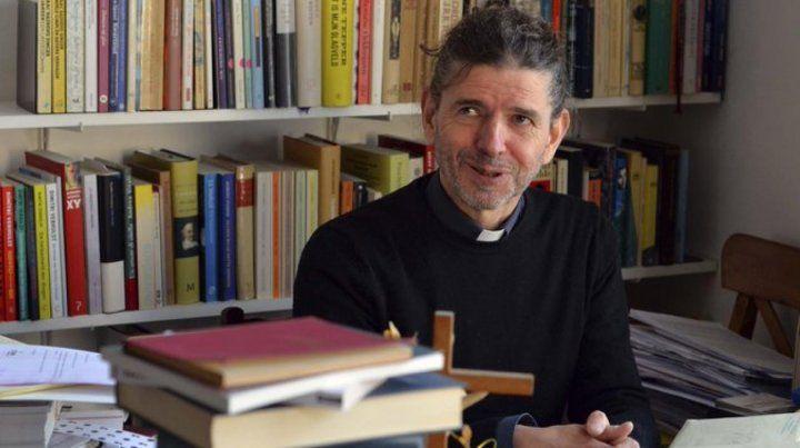 Un sacerdote reconoció ser gay en plena misa y fue suspendido