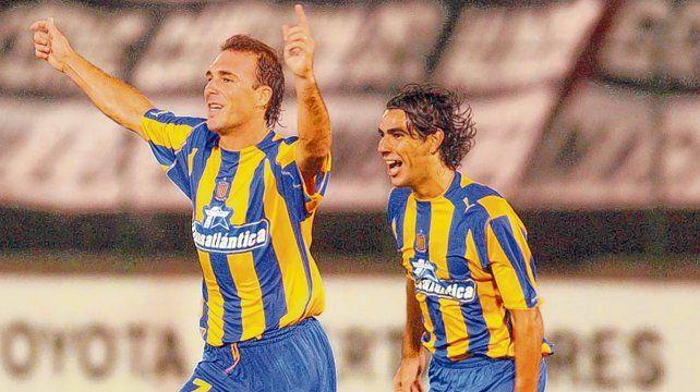 Triunfo. Belloso y Herrera celebran en la Libertadores 2004. Los dos delanteros convirtieron en el debut auriazul en el torneo.