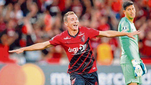Ruben celebró el martes a la noche tres veces para Atlético Paranaense con su vuelo típico de gol.