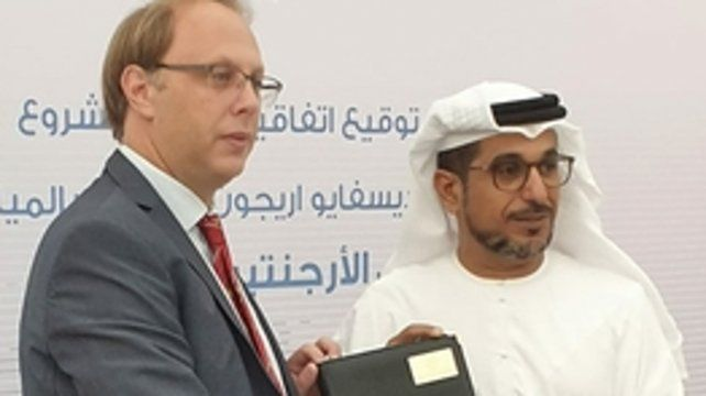 acuerdo. El ministro Saglione con Mohammed Saif Al Suwaidi.