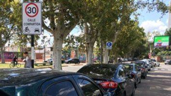 Junín frente al shopping. El municipio permitió el estacionamiento donde antes había bicisenda.