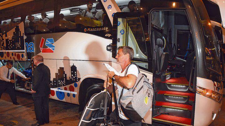 Recién llegado. Cocca ingresa al hotel con el equipaje cargado de ilusión para esta noche.
