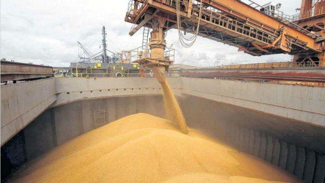 Carga de cereales en el puerto rosarino.