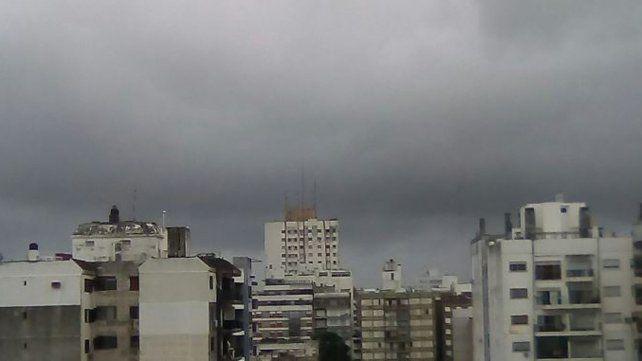 La tormenta llegó a Rosario este mediodìa. Foto Twitter @maru_pez