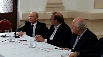 El fiscal de Estado, Pablo Saccone (izquierda), junto al ministro de Economía provincial Gonzalo Saglione, y al gobernador Miguel Lifschitz.