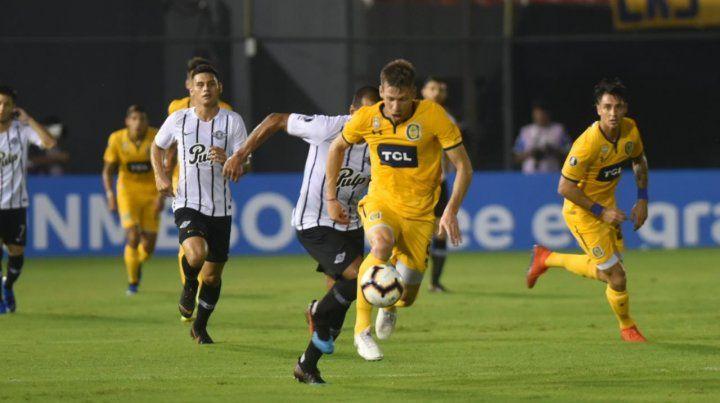 Claudio Riaño intenta escapar a la marca de un rival.
