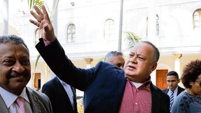 con el mazo.... El número dos del chavismo