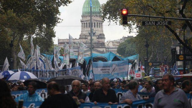 La calle. Miles de manifestantes salieron en defensa de la producción y el trabajo. Pasaron por el Congreso.