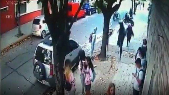 Dispararon en la puerta de una escuela y una bala impactó en la mochila de una niña