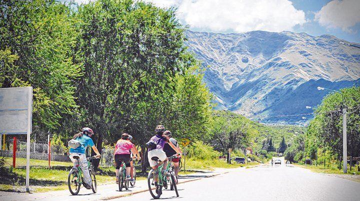Panorámicas. Los paseos en bicicleta llevan a los turistas por caminos rodeados de bellos paisajes.