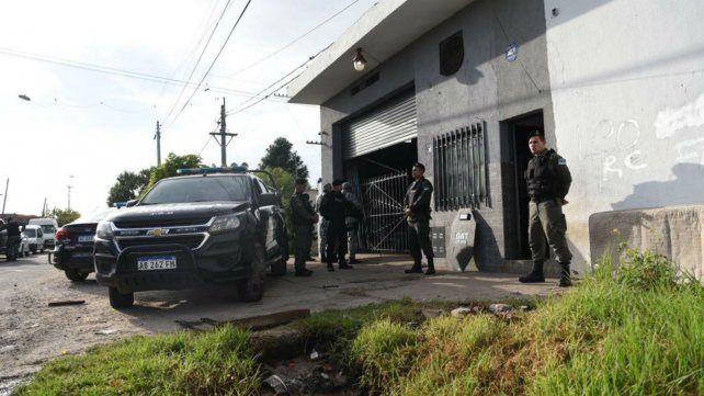 Los uniformados hacen guardia en French al 7100, otro de los domicilios allanados esta mañana.