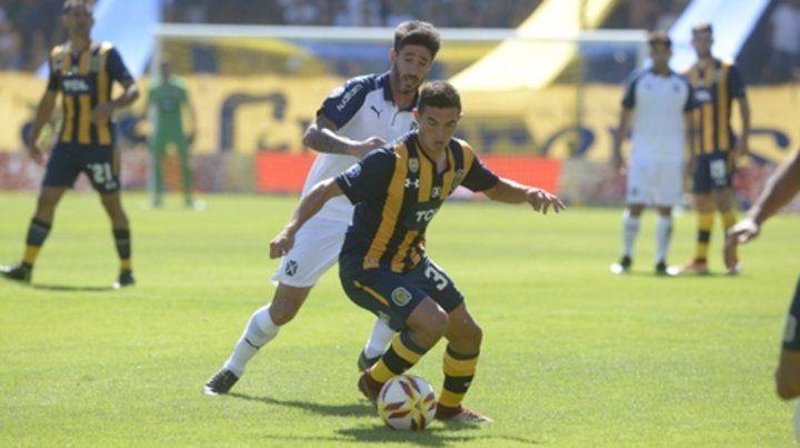 Cambio de ritmo. Maxi Lovera se saca de encima la marca de Pablo Pérez. El juvenil fue uno de los puntos más altos del equipo.