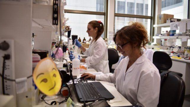 En el laboratorio. El objetivo del ciclo es descontracturar la labor científica y hablar de ciencia con un lenguaje sencillo.