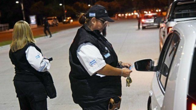 En acción. Una agente solicita la documentación a un automovilista.