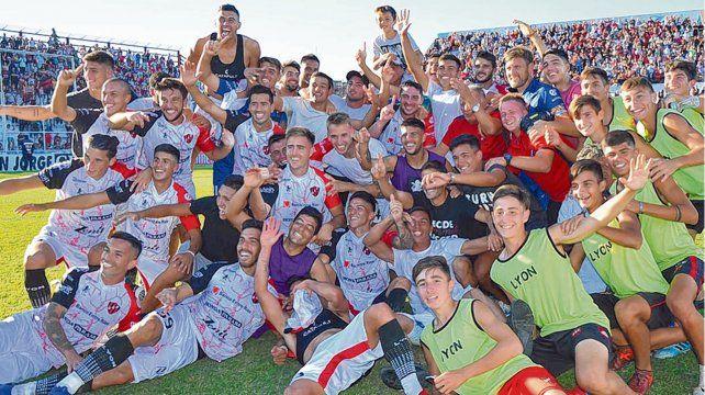 Festejo del Patrón. Los entrerrianos de Paraná celebraron con todo la permanencia en primera tras vencer a Argentinos por 2 a 1.