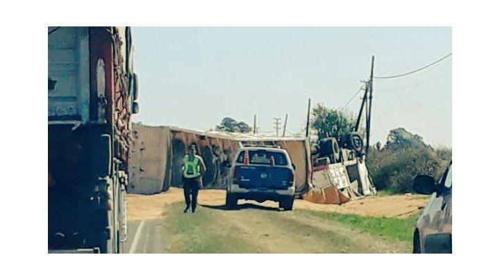 El camión volcado quedó con las patas para arriba. (foto: gentileza@dia7diario)