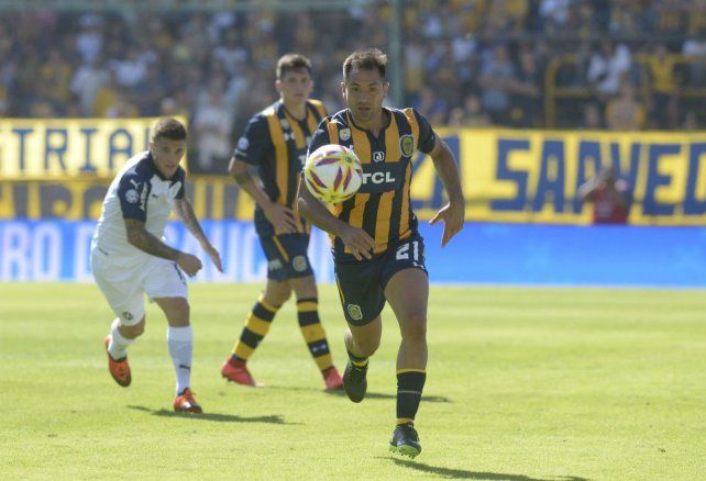 Fito Rinaudo se lleva el balón en el cotejo de ayer ante San Lorenzo. Para Central el objetivo es bine claro.