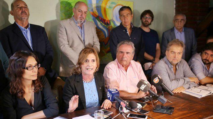Los dirigentes que presentaron la denuncia esta mañana en Santa Fe.