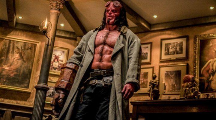 El demonio de piel roja atrapado entre el mundo de los humanos y el sobrenatural y debe derrotar a una villana letal para el mundo.